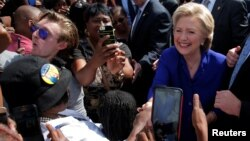 هیلاری کلینتون در بیرون حوزه رای گیری در لادرهیل فلوریدا که رای گیری پیش از موعد آغاز شده است.