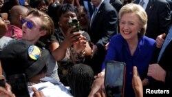 Kandida Pati Demokrat la, Hillary Clinton, ki tap salye kèk patizan nan vil Lauderhill, Eta Florid, mèkredi 2 novanm 2016 la.
