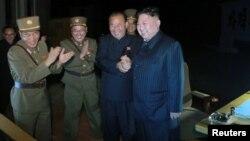 شمالی کوریا کے لیڈر کم جانگ ان دوسرے بین الاقوامی میزائل کے تجربے پر خوشی کا اظہار کررہے ہیں ۔ 29 جولائی 2017