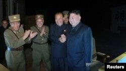 지난 28일 밤 김정은 북한 국무위원장이 대륙간탄도미사일급 '화성-14' 2차 시험발사를 참관했다고, 관영 조선중앙통신이 29일 보도했다.