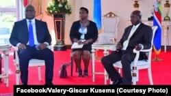 Président Félix Tshisekedi na mokokani waye ya Ouganda Yoweri Museveni na masolo na Entebe, Ouganda, 9 novembre 2019. (Facebook/Valery-Giscar Kusema)