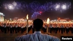 북한은 평양 김일성광장에서 7차 노동당 대회의 폐막을 알리는 행사로 청년학생들의 무도회와 횃불행진을 개최했다.