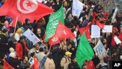数千名突尼斯执政党的支持者2月9日在突尼斯城示威,支持政府
