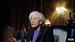 La escritora Ana María Matute, de 85 años de edad, es la tercera mujer en recibir el premio Cervantes.