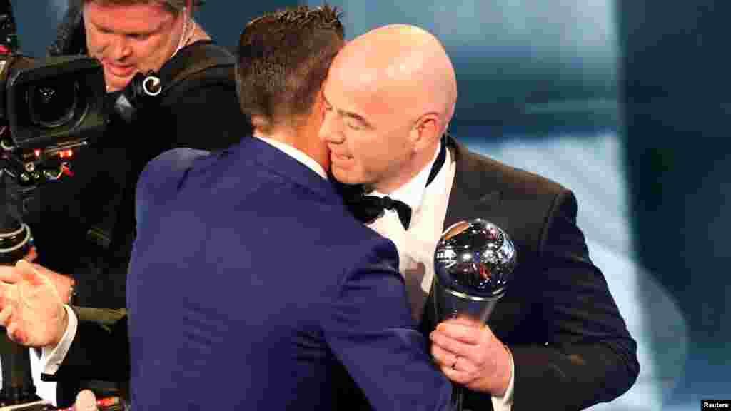 Le président Gianni Infantino remet le trophée à Cristiano Ronaldo,àZurich, le 9 janvier 2016.