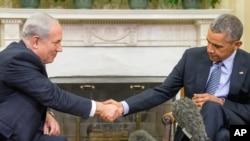 President Barack Obama (R) shakes hands with Israeli Prime Minister Benjamin Netanyahu in the Oval Office of the White House in Washington, Nov. 9, 2015.