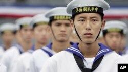 Pelaut Taiwan dalam sebuah upacara di pangkalan Angkatan Laut di Suao, di timur laut Taiwan, 2 November 2006.
