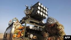 Pobunjenički borac priprema municiju za raketni bacač, nedaleko od grada Bin Džavada