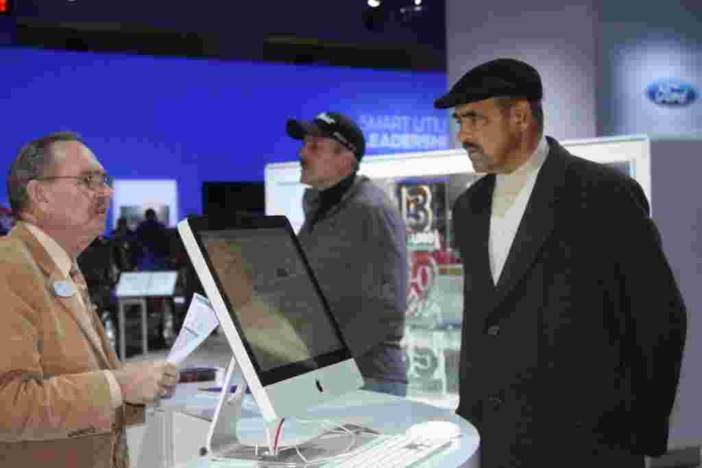 La exhibición cuenta con representantes de todas las marcas de autos que orientan a los potenciales compradores o a cualquier curioso