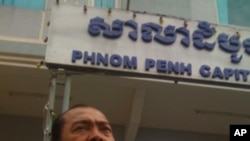 A group of eight families has filed a complaint against Phnom Penh officials after their houses were destroyed over a land dispute near the capital's Boeung Kak lake.​ Among them, Mr. Duong Kea, shows the complaint in front of the Phnom Penh court on Tues
