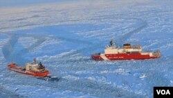 Kapal penjaga pantai AS Cutter Healy (kanan) memecah lapisan es di pantai Alaska agar kapal tanker Rusia bisa merapat ke pelabuhan kota Nome (13/2).
