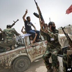 Des rebelles libyens près du port de Brega