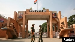 2014年11月3日,印度边防安全部队士兵在北部城市阿姆利则郊外的瓦卡口岸边巡逻。