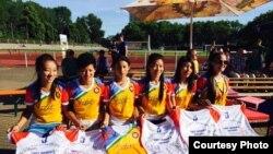 """在柏林""""发现足球""""活动中参加比赛的藏人女子足球队在球衣上签名。(脸书照片)"""