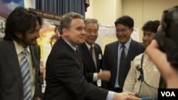 史密斯众议员与作证者等握手致意 美国之音Grace Wang图片