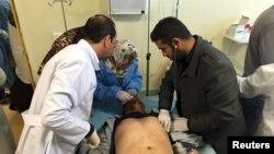 Tim medis memberi perawatan kepada seorang pria yang mengalami luka-luka akibat ledakan bom truk di rumah sakit Misurata, Libya, Kamis (7/1).