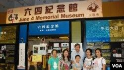 移民多倫多的何女士(右二)與一對兒女(前中、右一)及家人回港參觀臨時六四紀念館,與支聯會主席李卓人(後中)合照