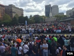 Crowds watch Pope Francis speak at Independence Hall, Philadelphia, Sept. 26, 2015. (D. Logreira/VOA)