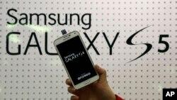 Samsung đang chật vật cạnh tranh với iPhone mới nhất của Apple, có màn hình lớn hơn, và cạnh tranh với cả các nhà sản xuất điện thoại thông minh Trung Quốc với giá rẻ hơn, như Huawei và Lenovo