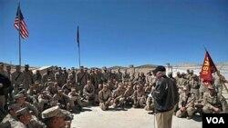 Menteri Pertahanan AS Robert Gates berbicara di depan para tentara Marinir Batalion 3 di provinsi Helmand, Selasa (8/3).