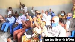 Les militants de l'ARD saluant la candidature de Mathias Dzon à la présidentielle de 2021, le 29 août 2020, à Brazzaville. (VOA/Arsène Séverin)