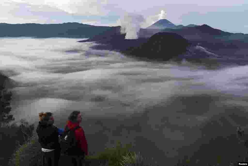 Java Adası'nda manzaranın keyfini çıkaran turistler.