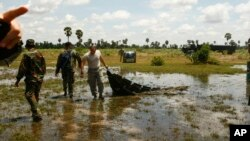 미 공군과 캄보디아 육군 소속 군인들이 지난 2013년 6월 프놈펜 인근에서 합동 재난구호 훈련을 벌이고 있다. (자료사진)