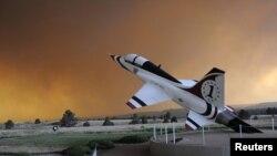 Asap tebal kebakaran Ngarai Waldo terlihat dari Akademi Militer AS (USAF) di Colorado Spring, Colorado (26/9).