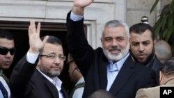 مصر کے وزیر اعظم حشام قندیل حماس کے اپنے ہم منصب کے ہمراہ غزہ کے دورے کے موقع پر