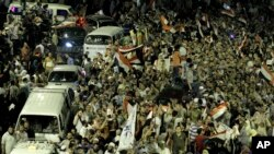 Para pendukung Presiden terguling Mohamed Morsi, menutup jalan di lapangan Giza saat berpawai di sekitar Universitas Kairo yang menjadi tempat berkemah para permotes (15/7).