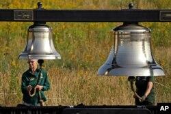 Voluntarios hacen sonar campanas en el Monumento al Vuelo 93 en Shanksville, Pensilvania, el 11 de septiembre de 2019.
