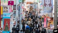 Orang-orang berjalan di pusat perbelanjaan terkenal di Harajuku di Tokyo pada hari Kamis, 17 Desember 2020. (Foto: AP)