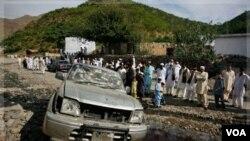 Warga mengerumuni lokasi kejadian bom yang menewaskan mantan pejabat senior Pakistan (7/11).