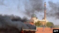 니제르에서 벌어진 항의 시위 와중에 불타는 차량