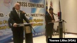 Menkopolhukam Wiranto (kanan) dan Jaksa Agung Australia George Brandis menyampaikan hasil pertemuan Sub Regional Meeting 6 negara dalam konferensi pers di Hotel Four Points Manado, Sulawesi Utara, Sabtu (29/7).