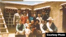 1995年达赖喇嘛认定的第十一世班禅喇嘛,6岁男童根敦确吉尼玛及其家人。在达赖喇嘛宣布三天后,根敦确吉尼玛和家人被带走。(图片由李江琳提供)