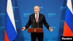 Президент Путін також заявляв про, за його словами, «кривавий переворот в Україні» на прес-конференції у Женеві після перших переговорів з президентом США Джо Байденом 16 червня 2021 р.