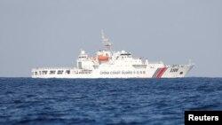 中國一艘海監船2017年4月5日在斯卡伯勒淺灘(Scarborough Shoal 中國稱黃岩島)附近的爭議水域巡邏。