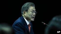 """Tổng thống Hàn Quốc Moon Jae-in. Một nhân vật thân tín của ông vừa bị tòa tuyên án 2 năm tù vì đăng """"like"""" giả có lợi cho ông trong chiến dịch tranh cử."""