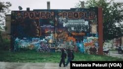 """Cette fresque de Freddie Gray avec le slogan """"le pouvoir du peuple"""" est une relique des manifestations qui ont secoué Baltimore, montrant que les habitants peuvent se faire entendre, le 6 mai 2016. (VOA/ Nastasia Peteuil)"""
