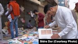 اکثر طالب علم اور محقق کم قیمت پر کتابیں حاصل کرنے کے لیے فٹ پاتھ بازار کا رخ کرتے ہیں۔