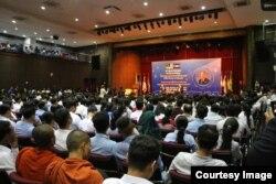 និស្សិតស្ដាប់ការបកស្រាយរបស់លោកបណ្ឌិត មហាធា មហាម៉ាត់ (Mahathir Mohamad) នាយករដ្ឋមន្ត្រីម៉ាឡេស៊ី ថ្លែងនៅសាកលវិទ្យាល័យភូមិន្ទភ្នំពេញ ក្នុងកិច្ចសន្ទនារពិសេសស្តីអំពី «ការរក្សាតុល្យភាពទំនាក់ទំនងជាមួយប្រទេសមហាអំណាចនៅក្នុងបរិបទអាស៊ាន» កាលពីថ្ងៃទី០២ ខែកញ្ញា ឆ្នាំ២០១៩។ (Facebook/Royal University of Phnom Penh)
