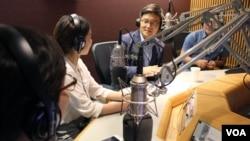 미국 워싱턴의 민간단체인 한미나눔운동과 한국의 북한인권시민연합이 공동 개최한 남북 대학생 미국 연수 프로그램에 참가한 탈북 대학생들과 한국 대학생(왼쪽 두번째)이 22일 VOA 본사를 방문해 한국어방송 김영권 기자(오른쪽 두번째)와 인터뷰하고 있다. 탈북자들 신변 보호를 위해 얼굴은 비공개로 남겨둔다.