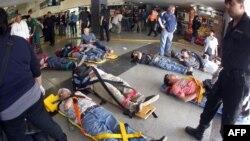 Hành khách nằm trên băng ca sau khi bị thương vì tai nạn đường sắt ở Buenos Aires, 22/2/2012