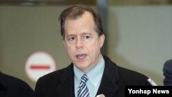 미국의 글린 데이비스 국무부 대북정책 특별대표가 23일 오후 인천국제공항을 통해 입국하며 취재진의 질문에 답하고 있다.