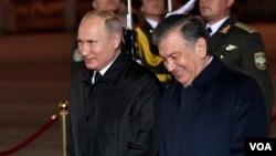 Rossiya Prezidenti Vladimir Putin (chapda) O'zbekiston rahbari Shavkat Mirziyoyev bilan, Toshkent, O'zbekiston, 2018-yil, 19-oktabr.