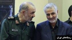 حسین سلامی در کنار قاسم سلیمانی فرمانده نیروی قدس که هر دو در فهرست تحریمهای آمریکا قرار دارند.