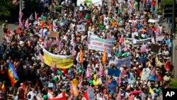 Nhiều nhóm khác nhau xuống đường biểu tình phản đối cuộc họp của G7 ở Munich hôm 4/6.