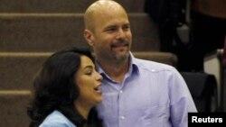 Gerardo Hernandez (kanan) memeluk istrinya Adriana Perez yang tengah hamil melalui proses inseminasi buatan, di Havana (20/12).