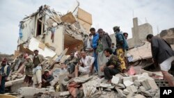 People inspect the rubble of houses destroyed by Saudi-led airstrikes in Sanaa, Yemen, Friday, Aug. 25, 2017. Airstrikes by a Saudi-led coalition targeted Yemen's capital early on Friday, hitting at least three houses in Sanaa and killing at least 14 civi